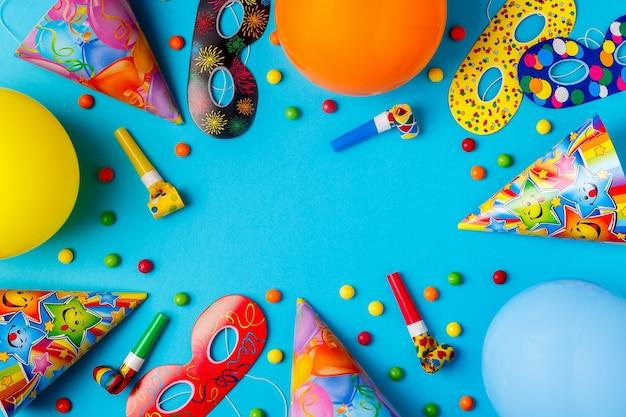 誕生日、パーティー、お祭り、カーニバルのための明るい装飾。上面図。