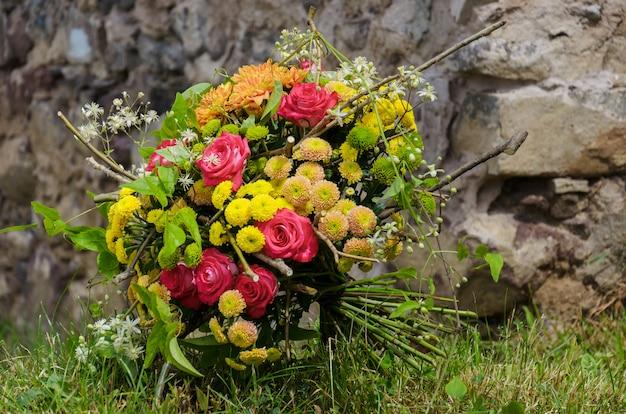 ピンクのバラと黄色の菊の明るいデザインのブーケ