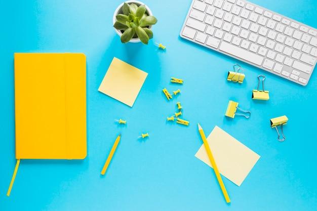 Яркий рабочий стол с компьютерной клавиатурой и дневником