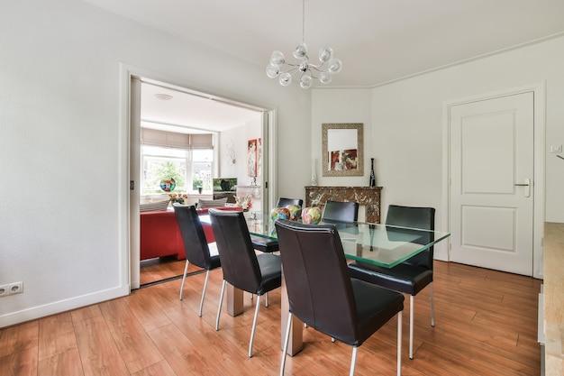 Светлая столовая с декоративным столом и стульями