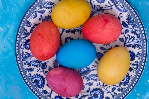 블루 테이블에 접시에 밝은 부활절 달걀