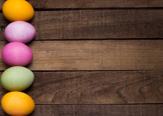 나무 테이블의 배경에 밝은 부활절 달걀.