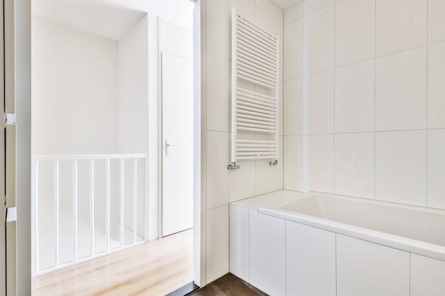 Яркий нарядный интерьер ванной комнаты в элитном доме