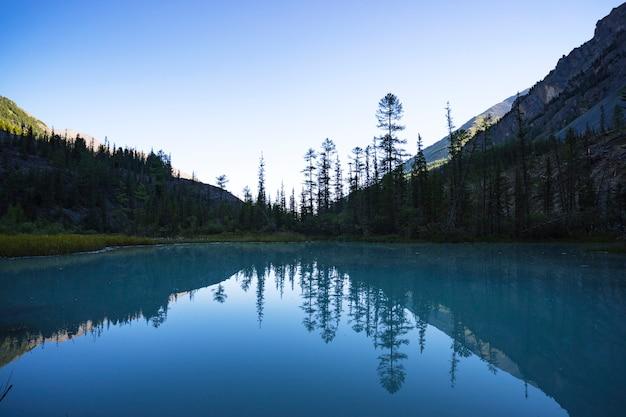 밝은 저녁. kucherlinskoe 호수. 평온, 평온. 알타이 산맥, 시베리아. 러시아. 산 호수에 푸른 맑은 물. 타이가의 야생 동물.