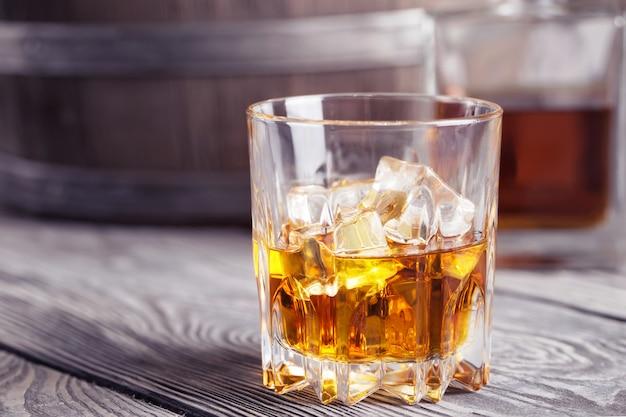 ウィスキーの明るい多面的なガラス