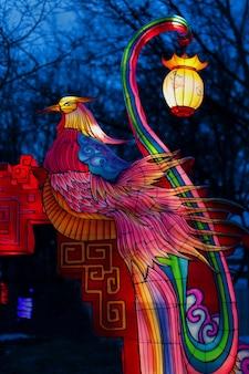 Яркая сказочная птица традиционной азиатской мифологии на праздник весны китайский новый год на традиционный фестиваль фонарей азия китай