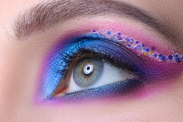 Яркий женский макияж из разноцветных теней, концепция обучения вечернему макияжу