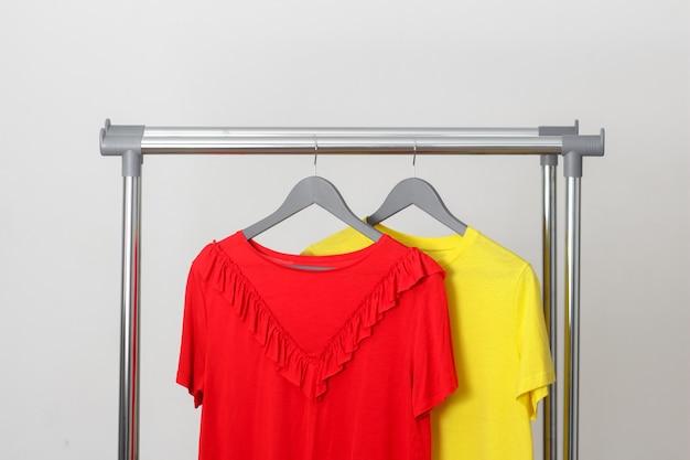 Яркие женские футболки на вешалке.