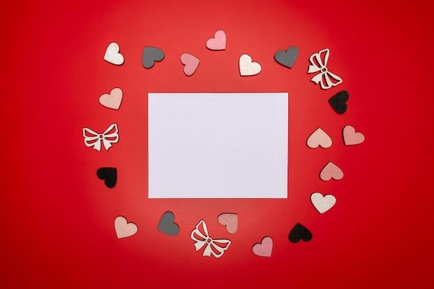 Яркая плоская композиция с сердечками и местом для текста.