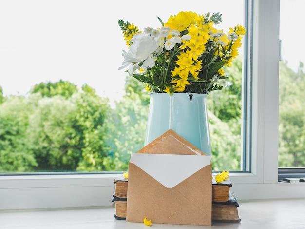 Яркие цветы и место для поздравления. крупным планом, вид сверху. нет людей. концепция подготовки к празднику. поздравления родным, друзьям и коллегам