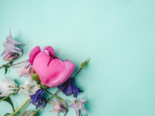 鮮やかな花とお祝いのメッセージの場所