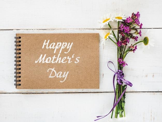 鮮やかな花と幸せな母の日のレタリング。