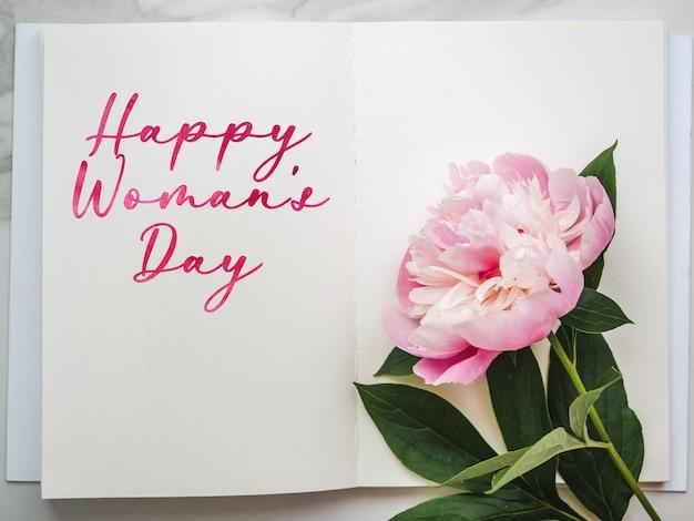 밝은 꽃과 행복한 여성의 날 글자.