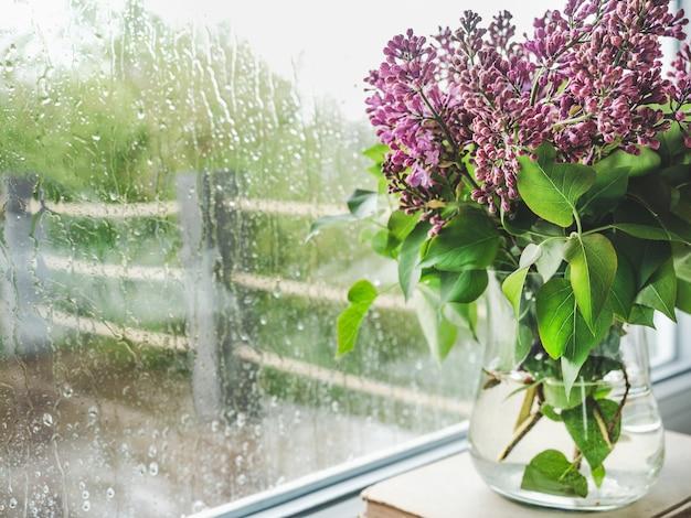 창의 배경 꽃병에 밝은 꽃. 클로즈업, 사람 없음