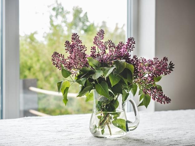 窓の背景に花瓶の明るい花