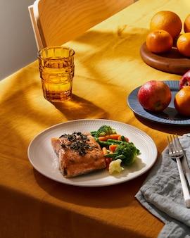Яркая еда с лососевыми овощами летом или весной солнечный день или вечер яркая концепция
