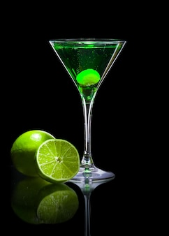 Ярко-свежий зеленый коктейль с лаймом