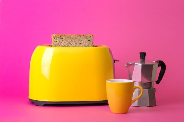 밝고 재미있는 아침 식사. 분홍색 배경에 노란색 토스터