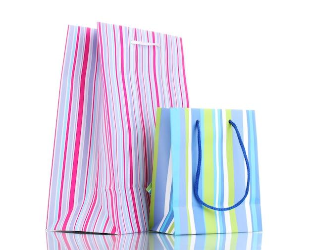 Яркие подарочные пакеты, изолированные на белом фоне