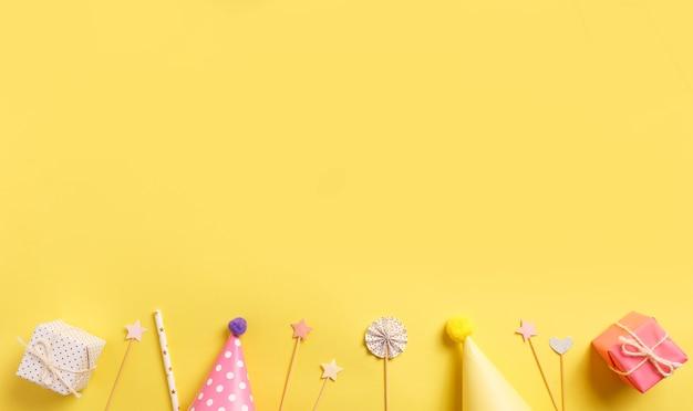 黄色の背景に明るいギフトボックス。誕生日のコンセプト。