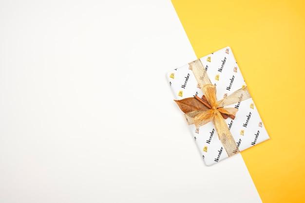 리본과 계피로 묶인 밝은 선물. 밝은 11 월 선물 상자