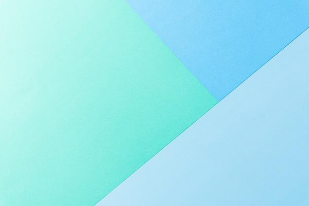 壁に明るい緑と青のパステル紙。