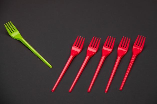 Ярко-зеленые и красные вилки, сложенные