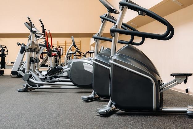 Яркий тренажерный зал. спортивный инвентарь в тренажерном зале.