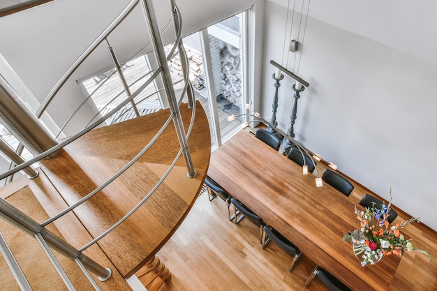 나무 쪽모이 세공 마루와 계단이 있는 밝은 홀