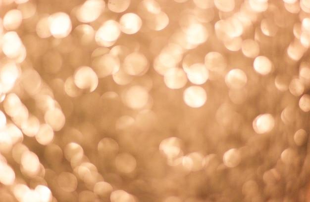 Яркий праздник размытый золотой с белыми огнями боке