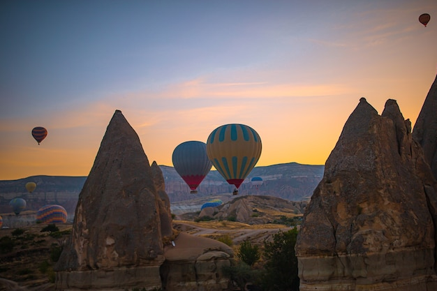 Яркие воздушные шары в небе каппадокии, турция