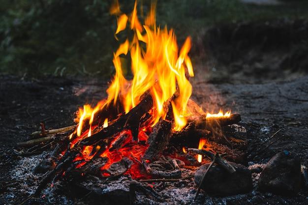 어두운 밤에 밝은 뜨거운 모닥불