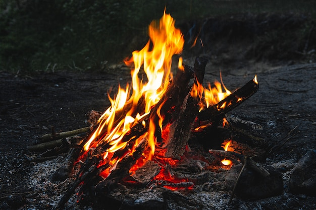 Яркий горячий костер темной ночью