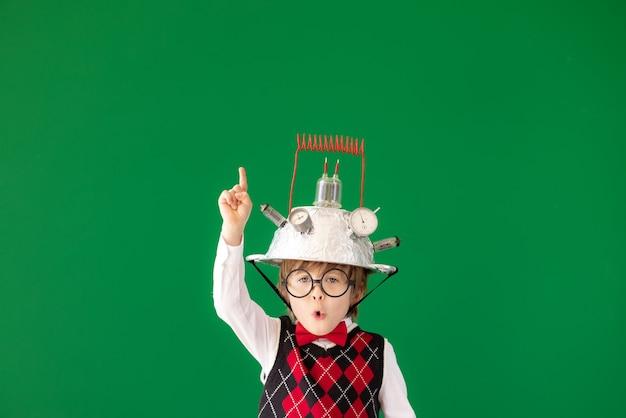 밝은 생각! 클래스에서 재미있는 어린이 학생. 녹색 칠판에 대 한 행복 한 꼬마입니다. 온라인 교육 및 전자 학습 개념. 학교로 돌아가다. 교육, 시작 및 사업 아이디어 개념