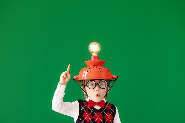 明るいアイデアクラスの面白い子供学生緑の黒板に対する幸せな子供オンライン教育とeラーニングの概念学校に戻る教育の開始とビジネスアイデアの概念