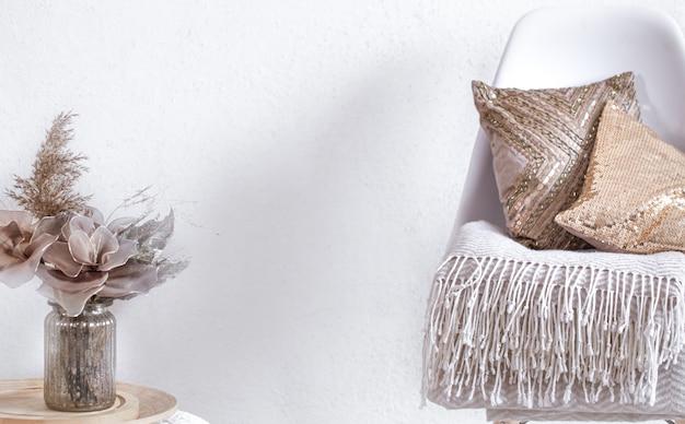의자와 가정 장식을 갖춘 아늑한 객실의 밝은 인테리어. 현대적인 인테리어, 세부 사항 및 장식.