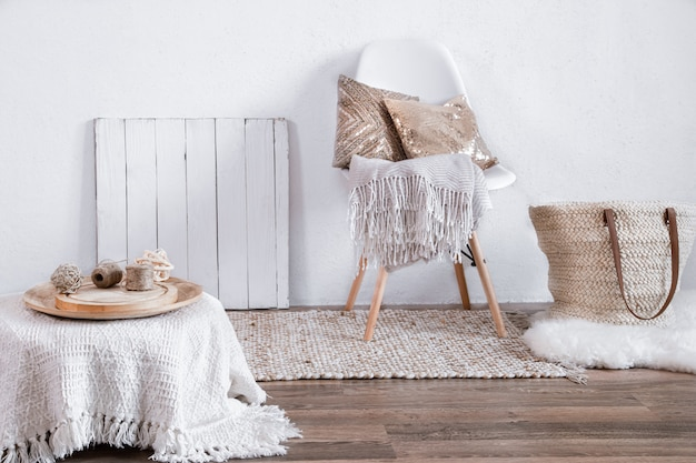 椅子と家の装飾が施された居心地の良い部屋の明るいインテリア。モダンなインテリア、ディテール、装飾。