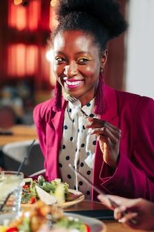 Яркий пиджак красивая стильная афроамериканка в ярком пиджаке и розовых серьгах
