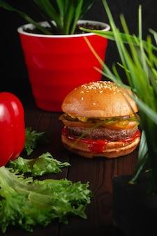 Яркие, сочные бургеры на гриле с говядиной и сыром чеддер. концепция быстрого питания