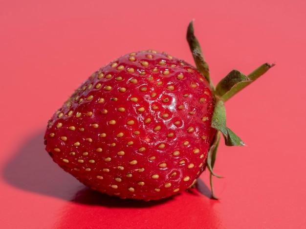明るくジューシーな熟したイチゴ