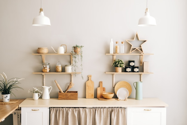 Светлая кухня в стиле прованс с комнатными растениями, деревянная посуда и аксессуары на столе