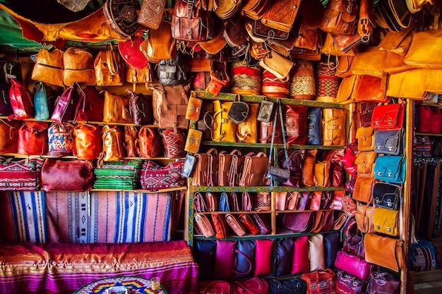 Яркие кожаные сумки на марокканском рынке. сувениры ручной работы, фес, марокко.