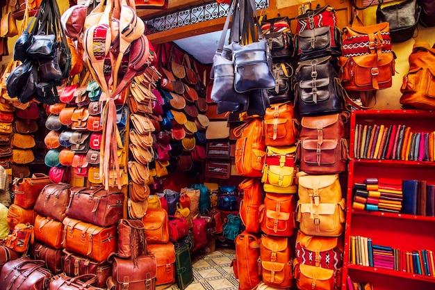 モロッコ市場の明るい革のバッグ。手作りのお土産、フェズ、モロッコ。