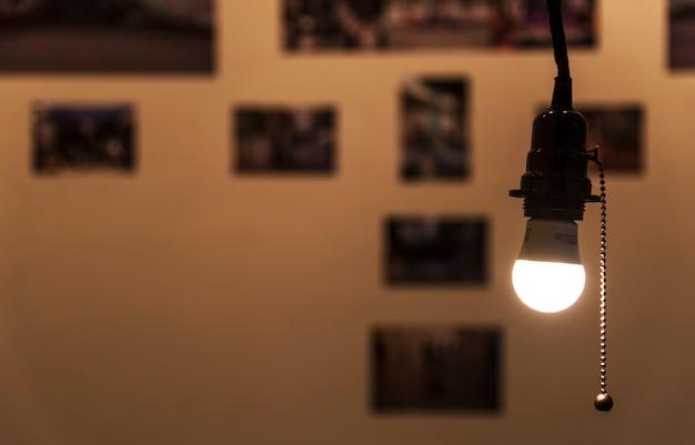 Una lampadina luminosa appesa in una stanza