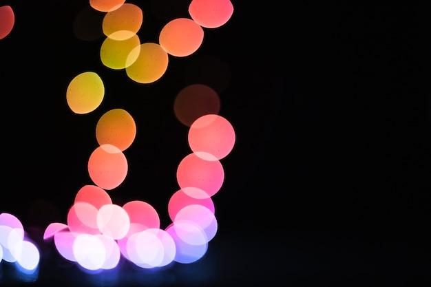 Luci brillanti nella stanza buia