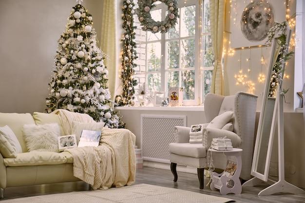 새해와 크리스마스를 위해 장식된 밝은 거실