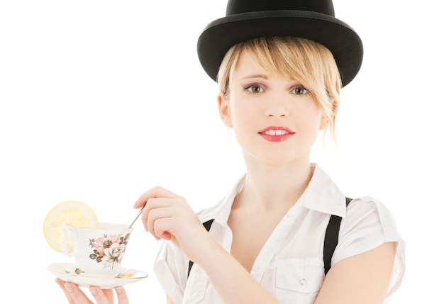 차 한잔과 함께 밝은 사랑스러운 소녀