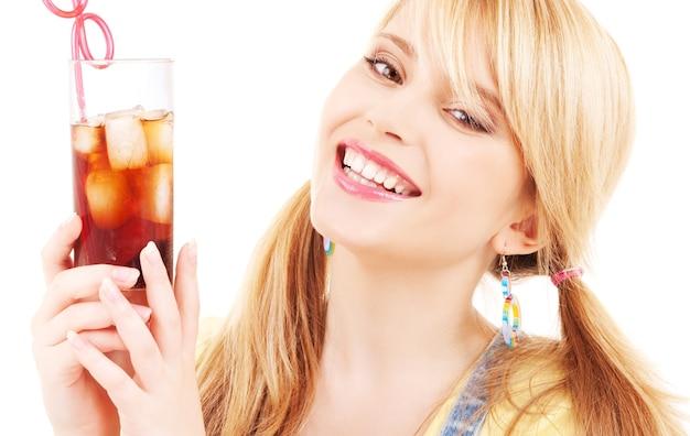 음료의 유리를 가진 밝은 사랑스러운 여자