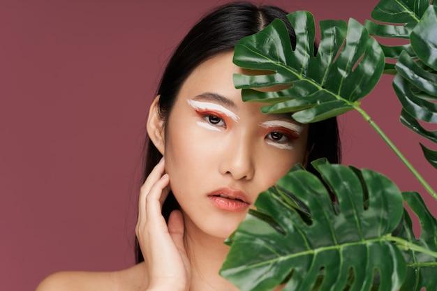 Яркий макияж азиатская внешность зеленые листья чистая кожа тропики спа процедуры здоровье уход за кожей