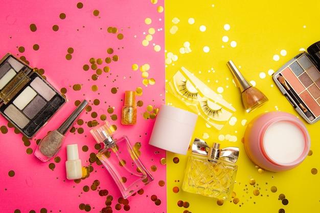半分ピンクと半分黄色の背景に明るいメイクのレイアウト